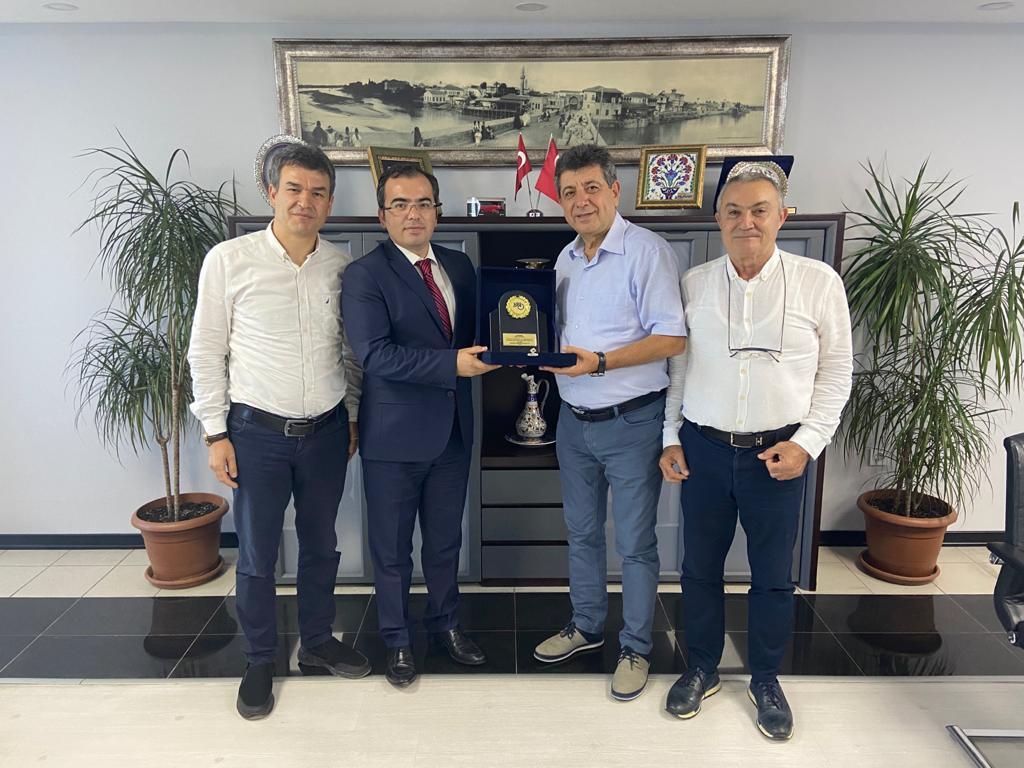 22.07.2020 tarihinde Adana Vergi Dairesi Başkanı Ahmet TUNALI' ya Oda Başkanımız Kemal ALTUNAY Yönetim Kurulu adına plaket takdim etmiştir.